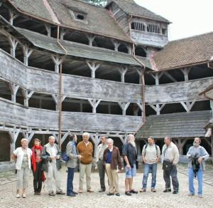 Août 2007 - Les artistes roumains disidents, participants à l'atelier de création Bran - visite du Bastion des Tisserands,