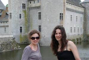 Juin 2012 - Iruna Irimescu et Rodica Costianu auprès des vestiges féodaux du château de Sully-sur-Loire
